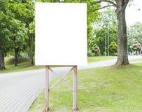 Vertikale leere Anschlagtafel im Park für Design- und Werbungsspott oben Stockbilder