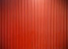 Vertikale Linie rote Farbe der Metallwand der Beschaffenheit Stockfoto