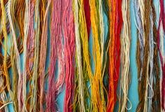 Vertikale Linien von verschiedenen farbigen Garnen lizenzfreies stockbild