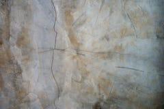 Vertikale mit horizontalen Sprüngen und Verfärbung in der Betonmauer lizenzfreies stockfoto