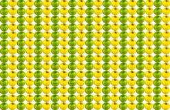 Vertikale Reihe des Hintergrundsegeltuches der saftigen grünen Apfelreihe gelber Früchte wiederholt, ohne zu stoppen stockfoto
