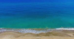 Vertikale Spitze hinunter Ansicht von den Wellen, die auf gutem vertikalem Abwischen des goldenen Strandes brechen stock footage