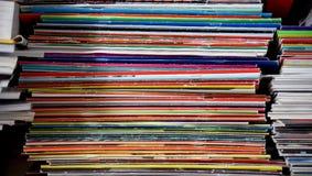 Vertikale Stapel der bunten Zeitschriften Lizenzfreie Stockfotos