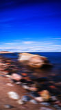 Vertikale steinige unscharfe Abstraktion des Strandes Bewegung Lizenzfreie Stockbilder