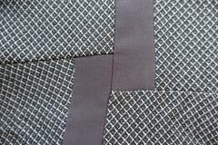 Vertikale Streifen des braunen Gewebes genäht zu Grau eins Stockfoto