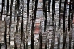 Vertikale Streifen des gehackten Holzes als Hintergrund Stockfoto