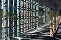 Vertikale verdrängte Backsteinmauer mit Licht und Schatten Stockfotografie