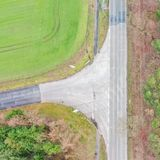 Vertikale Vogelperspektive der Niederlassung einer Straße, genommen mit dem Brummen, abstrakter Eindruck lizenzfreie stockfotos