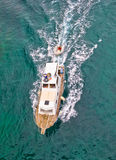 Vertikale von der Luftansicht des Fischenschleppnetzfischers Lizenzfreie Stockfotografie