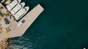 Vertikale von der Luftansicht des Seehafens mit Yachten stock footage