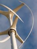 Vertikale Windkraftanlage in Kraft lizenzfreie stockbilder