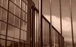 Vertikale Zeilen Winkelzaungebäude der Perspektive stockfotos