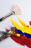 Vertikale Zusammensetzung der Acrylfarbe und der Bürsten lizenzfreie stockfotos