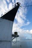 Vertikaler Überbau eines Marineschiffes auf einem Hintergrund des blauen Himmels Lizenzfreie Stockfotografie