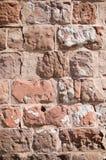 Vertikaler Hintergrund des verwitterten Ziegelsteines Stockbild