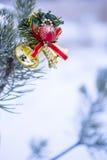 Vertikaler Schuss der Weihnachtsdekoration auf natürlicher Tanne Lizenzfreies Stockbild