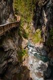 Vertikaler Schuss des Weges in Gorner-Schlucht mit Fluss Stockbild