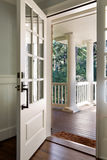 Vertikaler Schuss einer offenen, hölzernen Haustür Stockbild