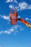 Vertikaler Schuss eines orange hydraulischer Bau-Aufzugs Stockfotos