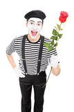 Vertikaler Schuss eines Pantomimekünstlers, der eine rote Rose hält Stockbilder