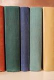 Vertikaler Stapel alte Bücher auf einem Regal Stockbilder