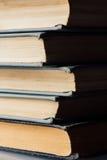 Vertikaler Stapel alte und benutzte Bücher Stockfotos