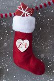 Vertikaler Stiefel mit Geschenk, Zement-Hintergrund, Weihnachtsabend, Schneeflocken Stockbilder