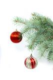 Vertikaler Tannenbaumzweig mit Weihnachtsdekoration Stockfotos