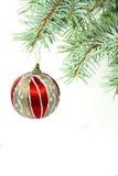Vertikaler Tannenbaumzweig mit Weihnachtskugel Stockfotografie