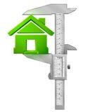 Vertikaler Tasterzirkel misst Haussymbol Stockfotos