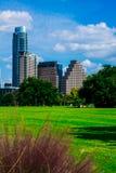 Vertikales Austin Cityscape Mid Day Green-Gras-Park-Glück Stockfotografie