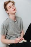 Vertikales Bild des Mannes sitzend auf Boden mit geschlossenen Augen Lizenzfreie Stockfotografie