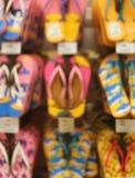 Vertikales Bild von unscharf von den vibrierenden Farbstrand-Sandalen, die im Geschäft hängen stockfoto