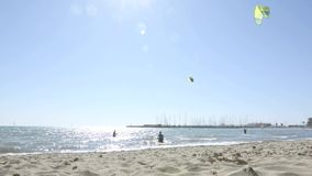 Vertikales Clip mit kitesurfers mit hochfliegenden Drachen gegen blauen Himmel stock footage