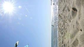 Vertikales Clip mit kitesurfers mit hochfliegenden Drachen gegen blauen Himmel stock video footage