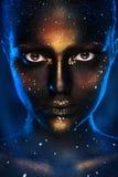 Vertikales Foto der hübschen Frau mit Kunst des schwarzen Gesichtes Stockfoto