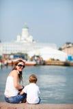 Vertikales Foto der Mutter und des Sohns in der Stadt stockbild