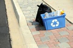 Vertikales Foto des Abfalls und der Wiederverwertung auf Kandare Lizenzfreies Stockfoto