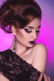 Vertikales Foto des erwachsenen Mädchens der Eleganz mit der kreativen Frisur Lizenzfreie Stockfotos
