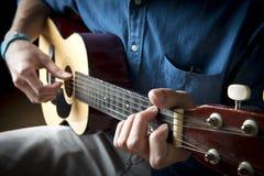 Vertikales Foto des Gitarren-Spielers Stockfoto