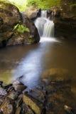 Vertikales Foto eines schönen Wasserfalls auf einem Gebirgsfluss Stockbild