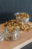 Vertikales Foto von geschnittenen und getrockneten verschiedenen Pilzen in PR drei Stockfoto