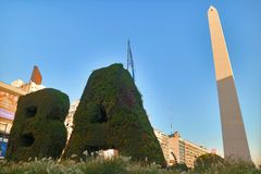 Vertikales Garten BA und das Obelisco auf der Piazza de la Republica Square, Buenos Aires, Argentinien stockbilder