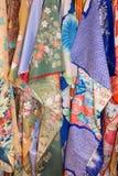 Vertikales Gestell von Kimonos Stockbilder