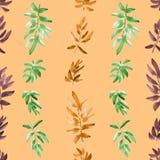 Vertikales Grünes des nahtlosen Musters, orange, Burgunder verlässt auf einem beige Hintergrund watercolor Stockbilder