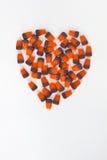 Vertikales Herz formte Süßigkeits-Mais auf einem weißen Hintergrund stockfotografie