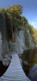 Vertikales Panorama der Holzbrücke führend zu Felsmalereien bei Faangsjoen in Schweden Lizenzfreies Stockfoto