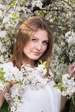 Vertikales Porträt der jungen Schönheit im geblühten Garten Lizenzfreies Stockfoto