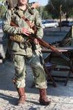 Vertikales Porträt der 101. Luftlandedivision des Militärs mit Gewehr Lizenzfreies Stockfoto