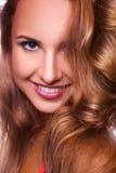 Vertikales Porträt der recht jungen erwachsenen Frau Stockbild